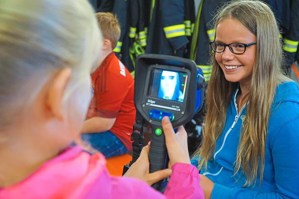 Ferienspaß bei der Feuerwehr, die Kinder lernen an sechs Stationen die Arbeit der Blauröcke kennen.