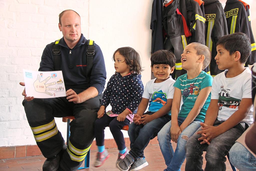 Brandschutzerziehung der Freiwilligen Feuerwehr Ochtrup mit Flüchtlingen
